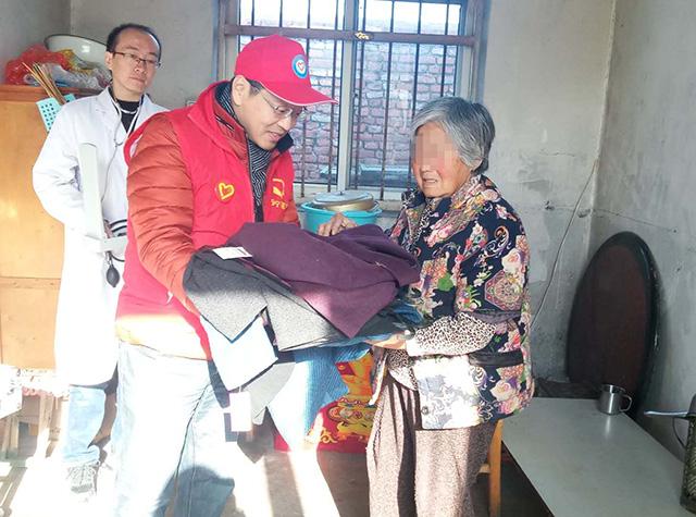 心存感恩,助力疾患|安宁慈善志愿者感恩节送冬衣